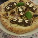 Pizza Campagna -  Mozzarella, rote Zwiebeln, Auberginen mit Gemüse Pilze gefüllt mit Gemüsefüllung