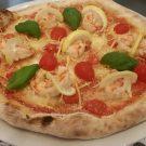 Pizza Mare -  Mozzarella, Tomaten, Scampi, Paniermehl, geriebene Zitronen, Kirschtomaten